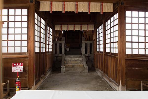 油江天神社拝殿の中
