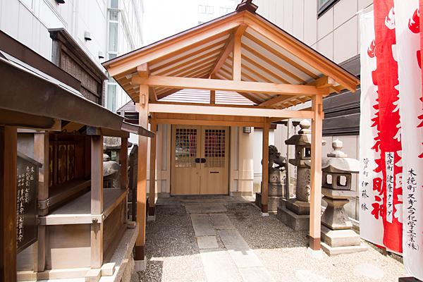 丸の内白山神社本殿前