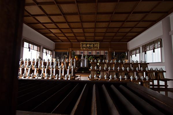 洲嵜神社拝殿内