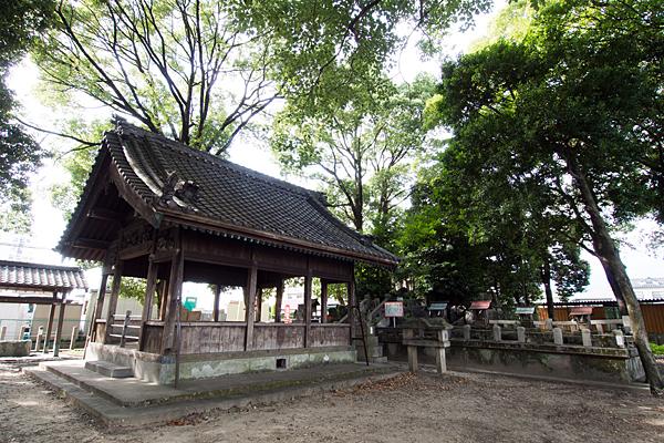 間黒神社拝殿を横から