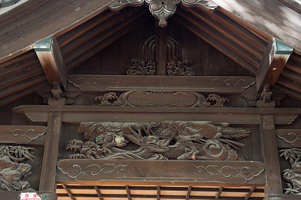 間黒神社拝殿の彫り物