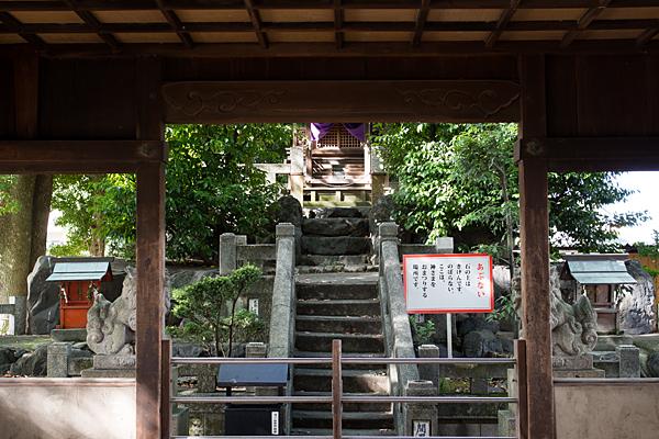 間黒神社拝殿から本殿