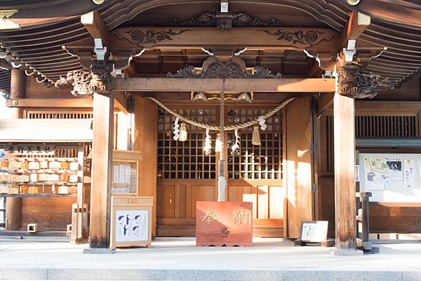 景行天皇社拝殿に西日が当たる