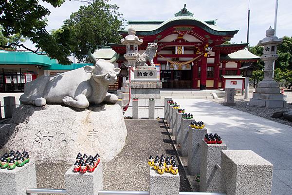 上野天満宮牛像と拝殿