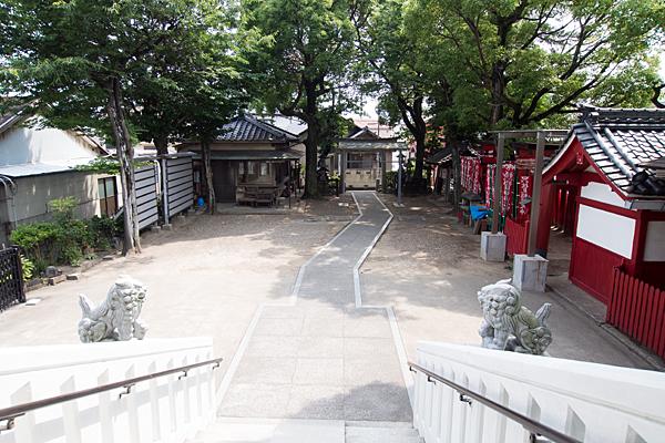 冨士八幡社拝殿から境内を見る