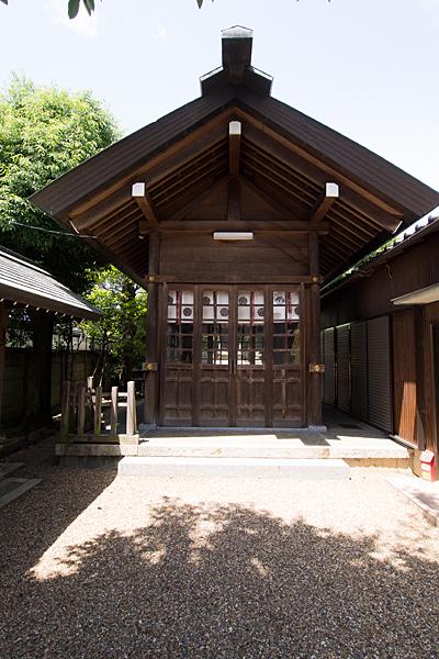 汐見町須佐之男社拝殿前