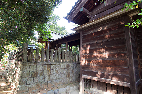 下山町山神社本殿をのぞき込む