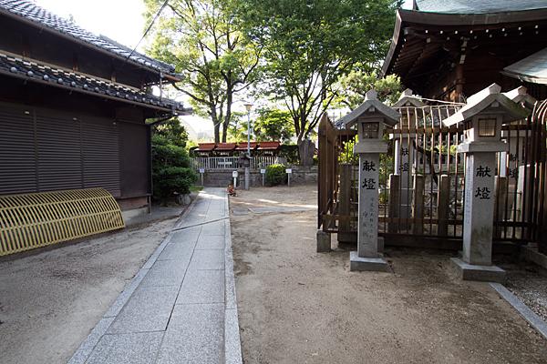 東八幡社拝殿横を奥へ