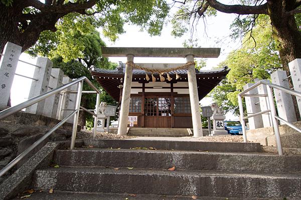 西八幡社鳥居前と拝殿