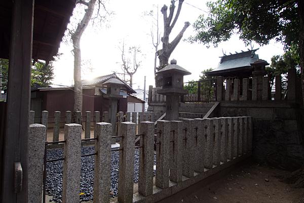 東栄町八幡社本殿横から