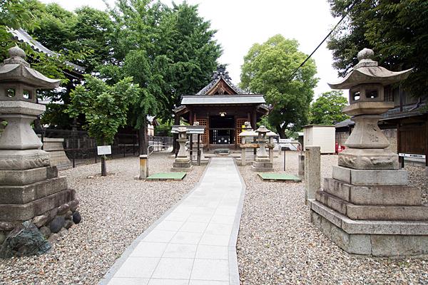 荒子神明社参道から拝殿へ
