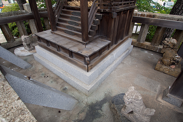 野田八王子神社本殿周りの狛犬