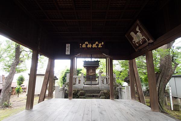 野田三狐神社拝殿から本殿