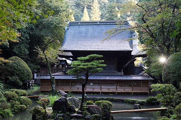 内々神社裏手から見る本殿