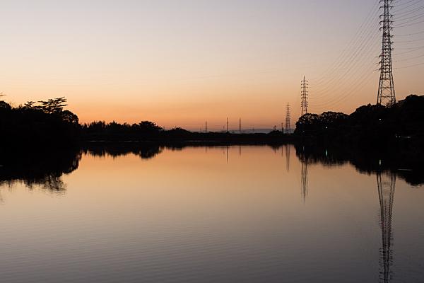 夕焼けの鏡面池