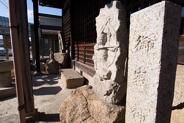 平針御嶽神社社号標と不動明王の石仏
