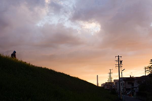 土手と散歩と夕焼け