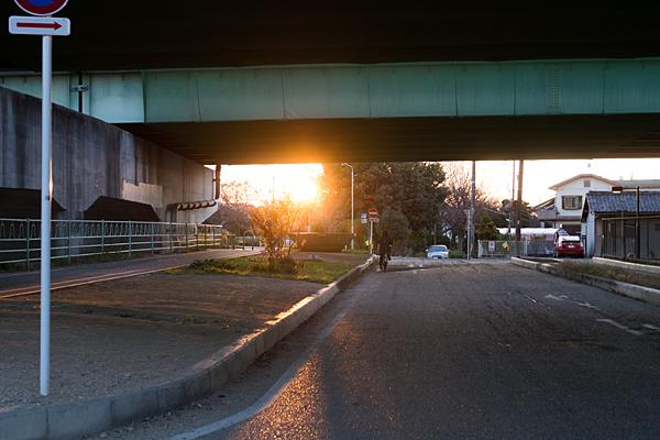 高架下と夕日