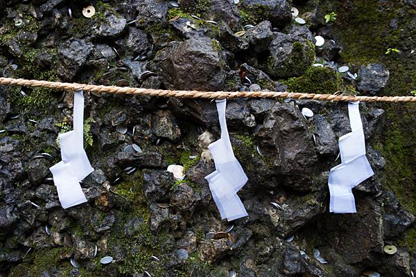 椿大神社さざれ石と紙垂
