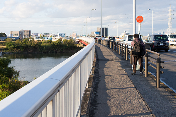 橋の上のバス停