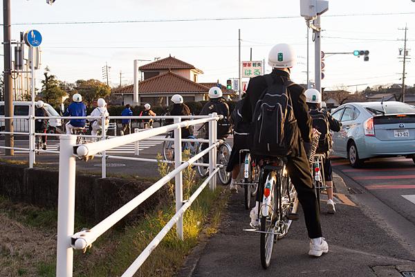 自転車通学中学生