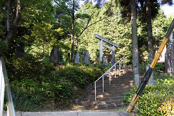 岩作御嶽神社参道の石段