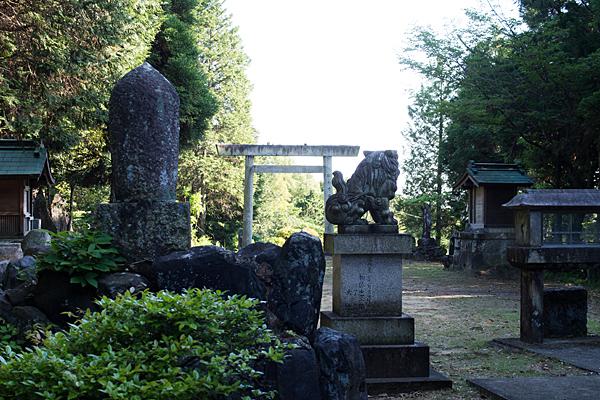 岩作御嶽神社境内の風景
