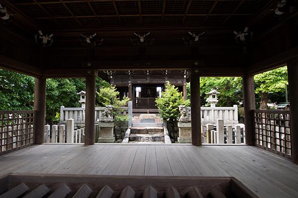 明神社拝殿より見る弊殿
