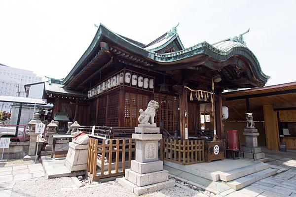 素盞男神社拝殿を斜めから