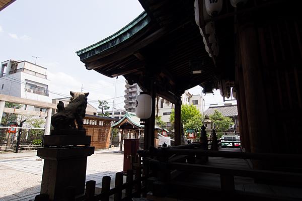 素盞男神社拝殿から境内