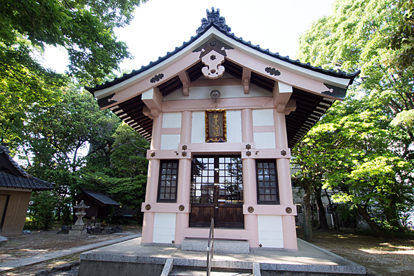 小塚町若宮八幡社ピンクの拝殿