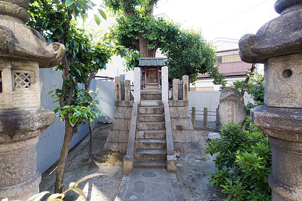 伝馬秋葉神社灯籠と社