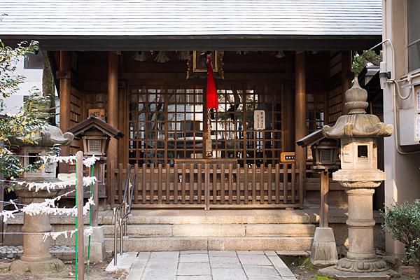 冨士神社拝殿前