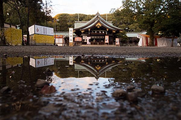 真清田神社水たまりに映る拝殿