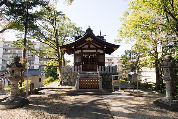 福徳八龍社拝殿前