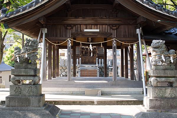福徳八龍社拝殿内と狛犬