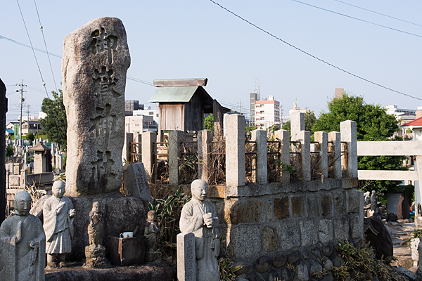 自由が丘御嶽神社社号標と石仏