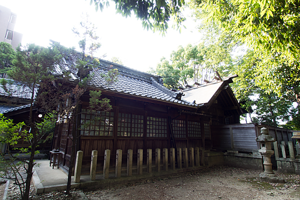田代町山神社社殿横から