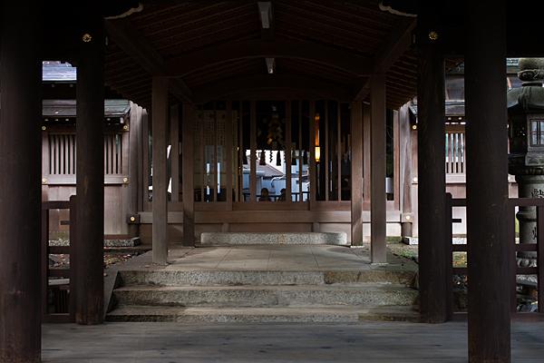 片山神社拝殿前