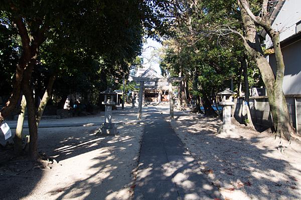 綿神社参道を進む