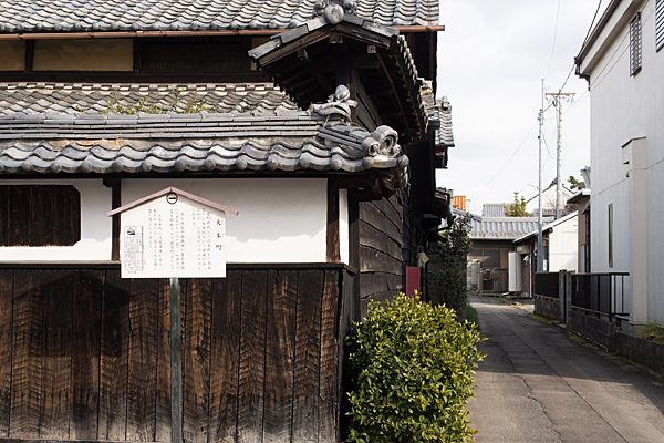 犬山城下黒板の塀