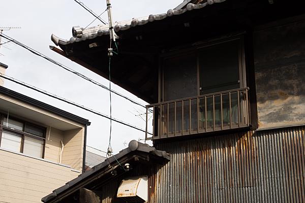 犬山城下トタン貼りとサッシ窓