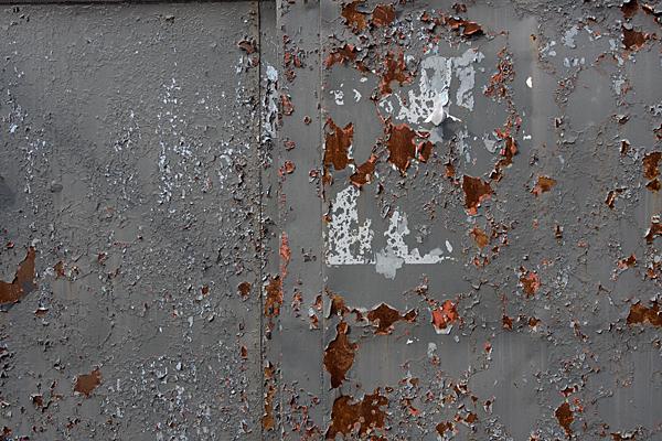 犬山城下錆びた壁