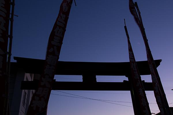 真清田神社鳥居と幟のシルエット