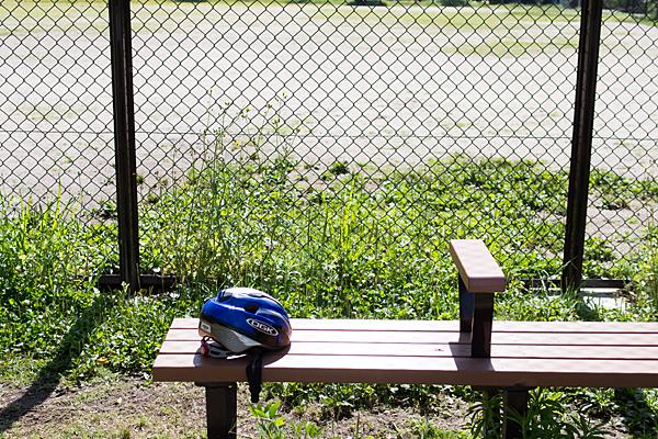 ベンチとヘルメット