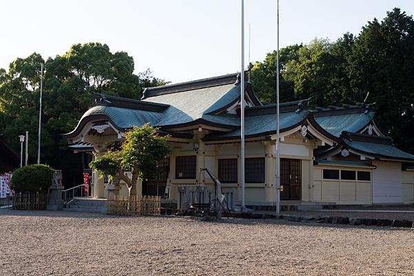 石作神社社殿横から