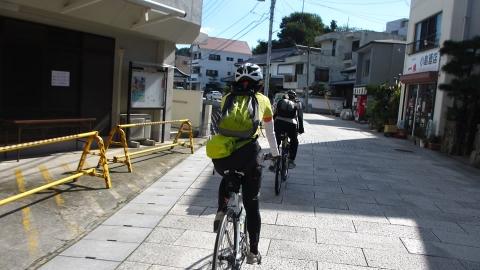 下蒲刈島の街中を抜けていきます。石畳なので少し走りづらい。