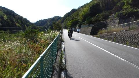 七国見山へ向かう峠道を越えます。距離は短いけど時々9%位になって足つき(笑)。