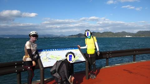 大崎下島の休憩所で記念写真。