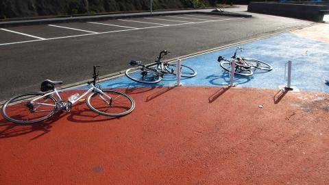 大崎下島の休憩所で、強風過ぎて自転車は倒して休憩(笑)。